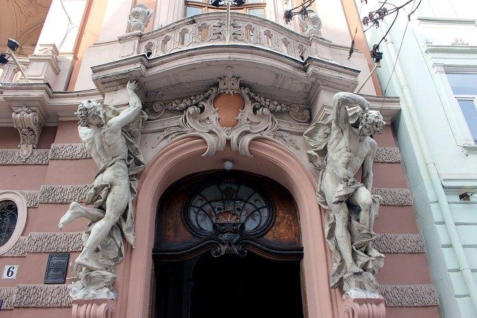 Величні атланти на фасаді Будинку вчених у Львові (колись Шляхетне казино)