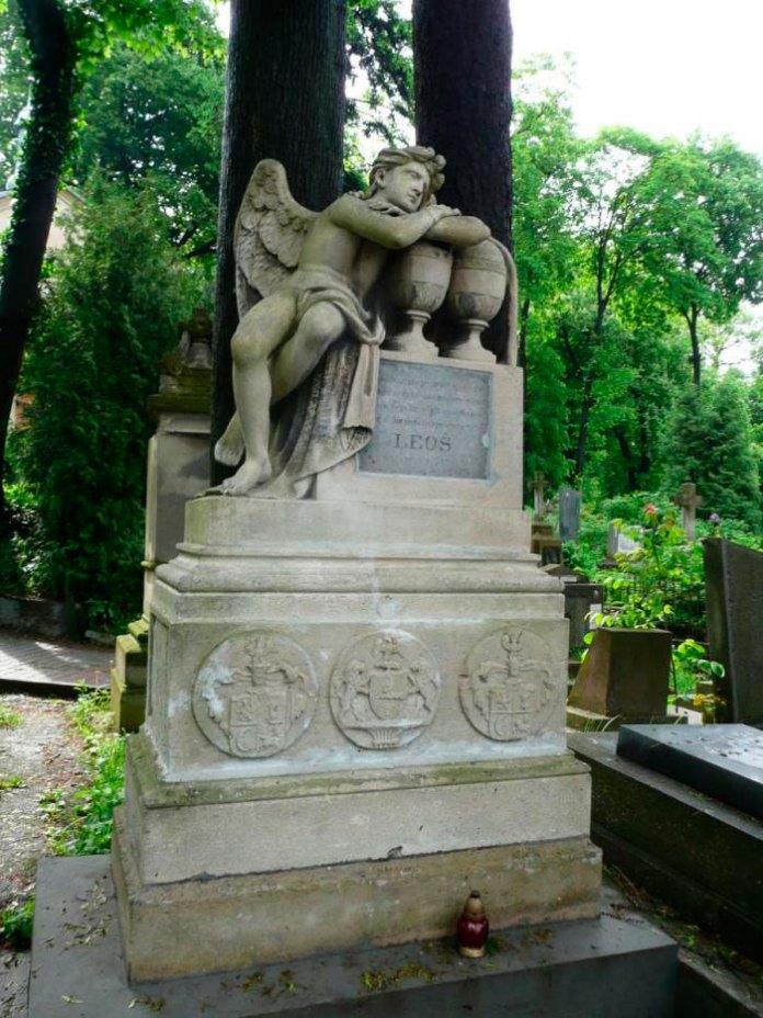 Надгробок на могилі Леося Маріанека (поле №2 на Личаківському цвинтарі)