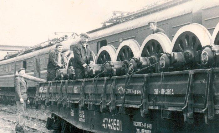 Платформа з колісними парами для локомотивів, на фоні електровози ВЛ8, фото 60-ті роки ХХ століття