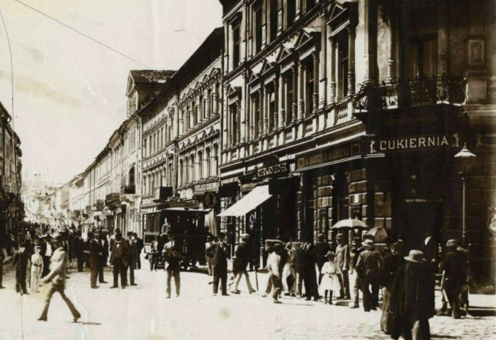 Початок нин. вул. Дорошенка, праворуч популярна цукерня Бенецького. Фото 1894 року