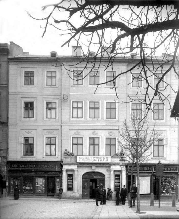 """Кав'ярня """" Штука """", на вул. Театральна, 10, вигляд з пл. св. Духа ( нині - І. Підкови ), фото до 1914 року"""