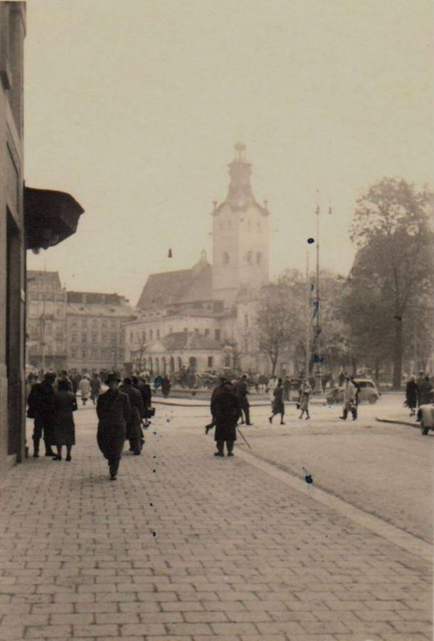 Городяни на розі суч. пр-ту Свободи - вул.Гнатюка. Фото до 1939 року