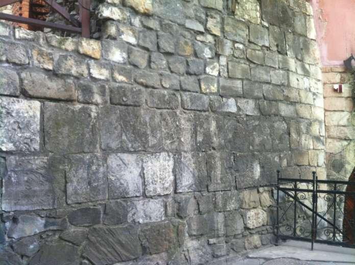Сучасний стан східної стіни міського арсеналу, де було розміщено старовинні герби. Фото 2015 року