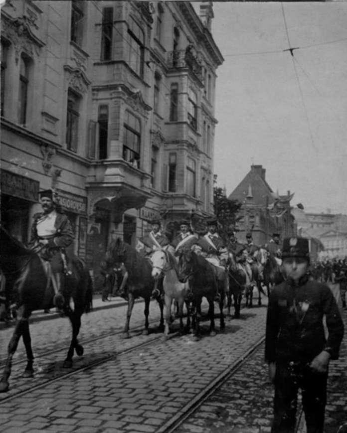 Урочиста хода на вул. Чарнецького (нині Винниченка), на задньому плані - пожежна стражниця. Фото поч. XX ст.