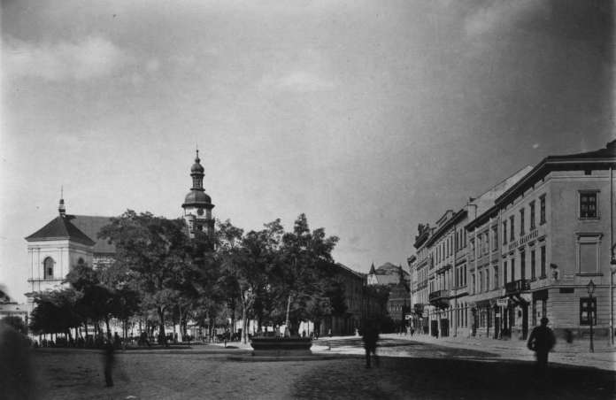 Площа Бернардинська, позаду вглибині фото проглядається вежа костелу кармелітів, поч. XX ст.
