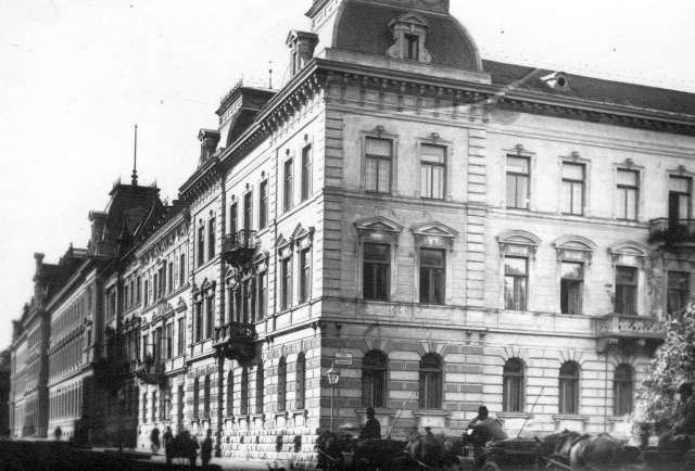На розі вулиць Крашевського (праворуч) та Словацького. Фото поч. XX ст.