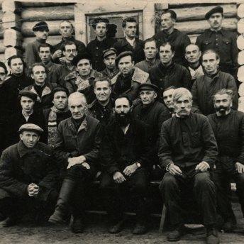 Колима, 1955 р.: в другому ряді знизу, посередині в кашкеті – Михайло Сорока; крайній праворуч в другому ряді – В.-І. Порендовський.