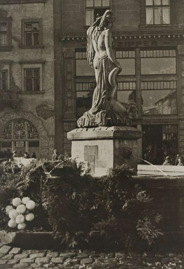 """Фонтан Амфітріти, на другому плані - вітринний портал універмагу """"Траст"""". Фото 1930-х рр."""