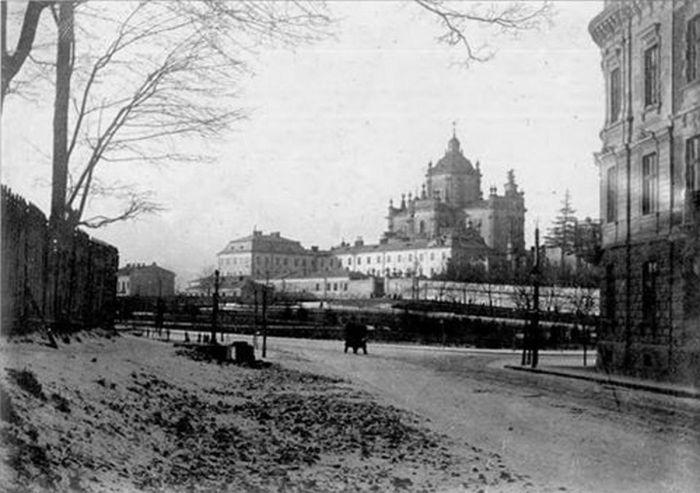 Колонка на пл. Св. Юра, фото 1930-ті роки.