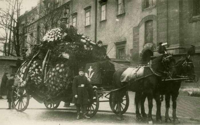 """Працівники поховального бюро """"Конкордія"""" біля костелу  Св. Андрія. Фото до 1914 року"""