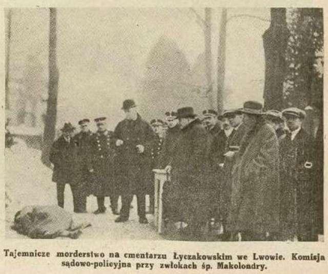 Поліція та судмедексперти на місці загадкового вбивства на території Личаківського цвинтаря. Фото 1925 року