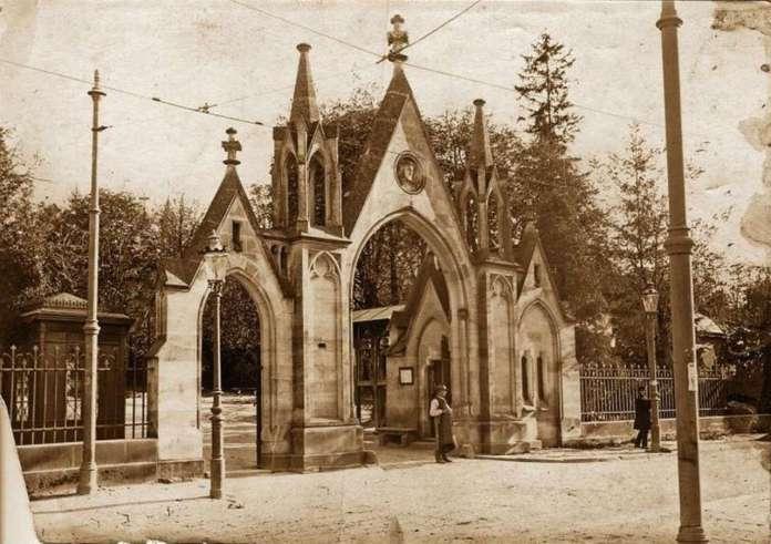 Головна брама Личаківького цвинтаря, виконана 1875 року. Фото 1910 року