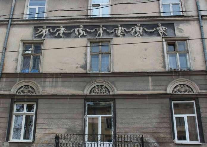 Рельєфи фасаду будівлі від вулиці І. Гонти. Фото 2015 року