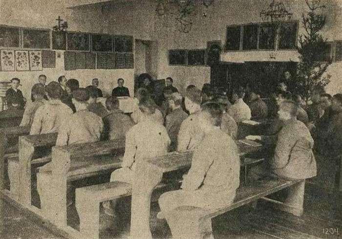 """Навчальний клас школи при """"Бригідках"""". Фото 1927 року"""
