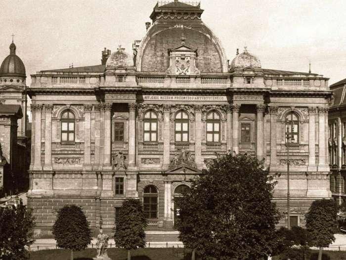 Монумент на тлі Промислового музею. Фото до 1914 року