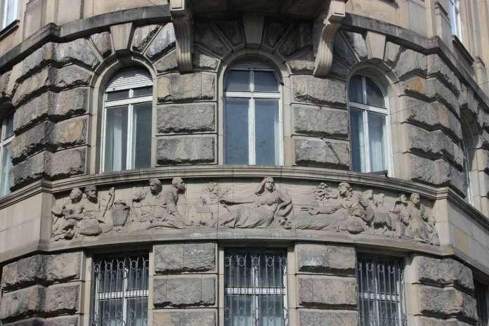 Скульптурний фриз на наріжнику будівлі банку, виконаний Ю. Белтовським. Фото 2015 року