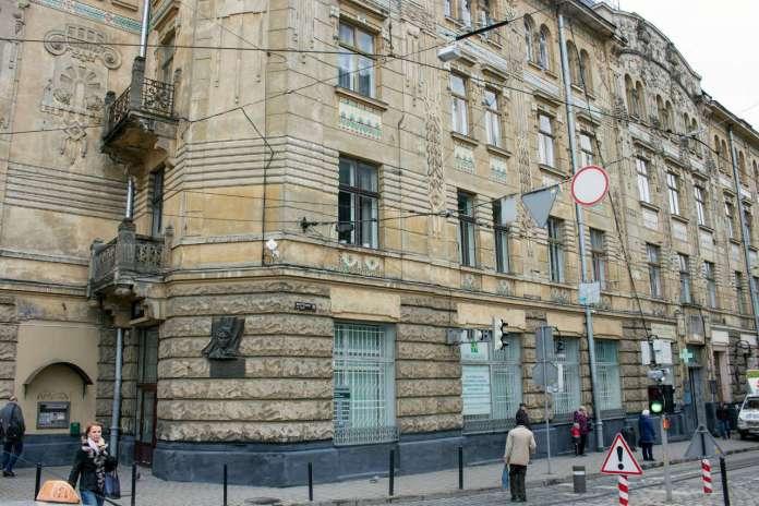 """Фасад будинку """"Дністра"""" від вул. Руської. Фото 2015 року"""