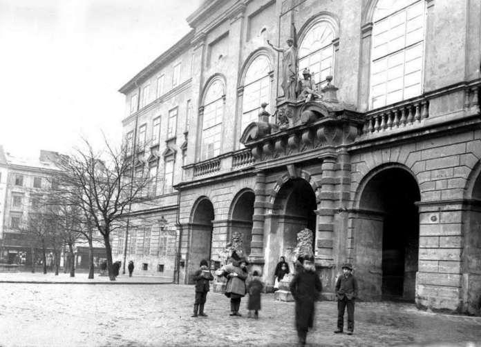 Портал із скульптурами перед I Світовою війною