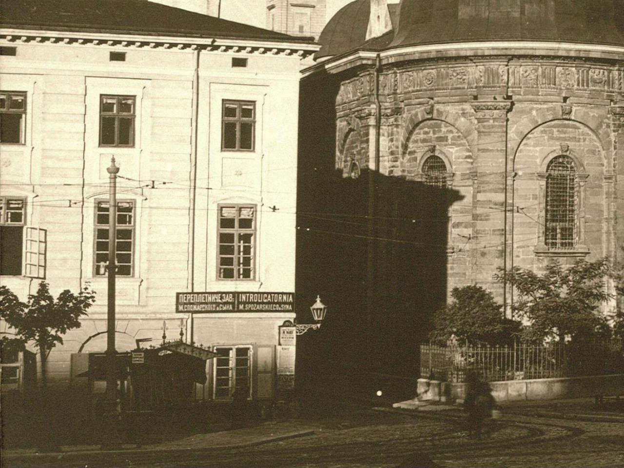 Ріг вулиць Підвальної-Руської, ліворуч - будинок Меллера. Фото поч. XX ст.