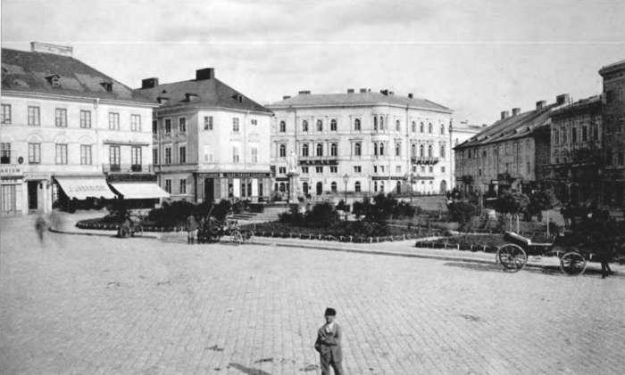 Вигляд площі та скульптури на фотографії початку XX сторіччя