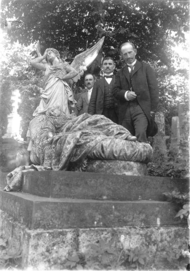 Біля надгробку на могилі акторки Марковської. Фото поч. XX ст.