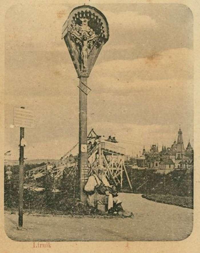 Лірник при вході на територію етнографічного відділу виставки Крайової. Поштівка 1894 року