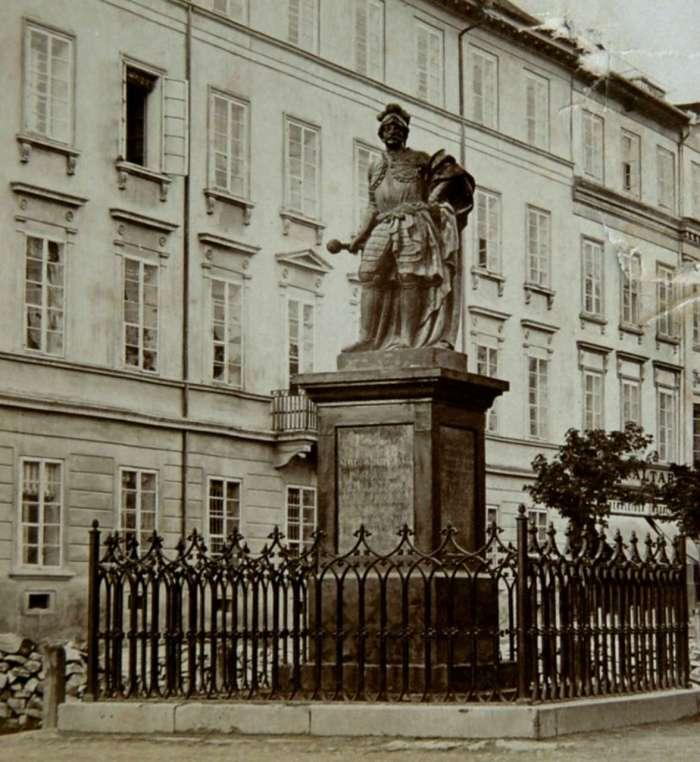Скульптура Яблоновського на Валах. Фото поч. XX століття