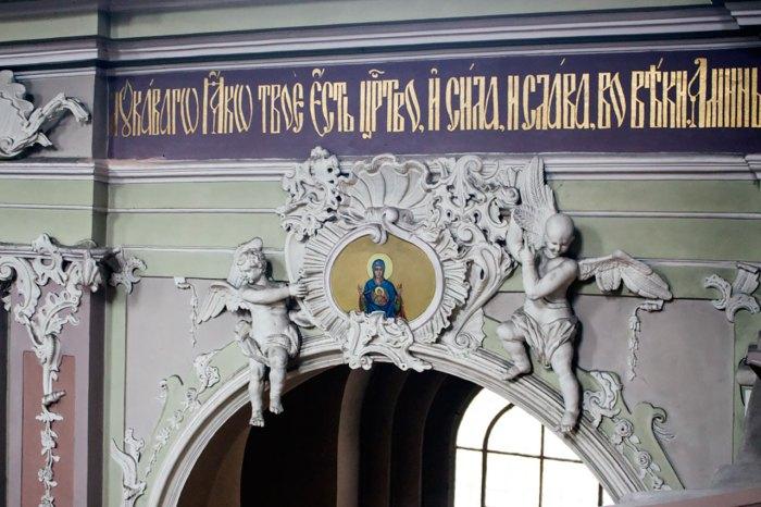 Ікона Пресвятої Богородиці в картуші над аркою колони