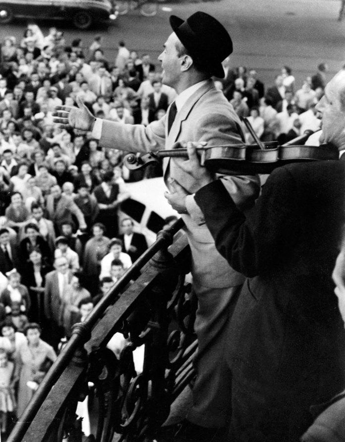 Ян Кепура співає з балкону готелю