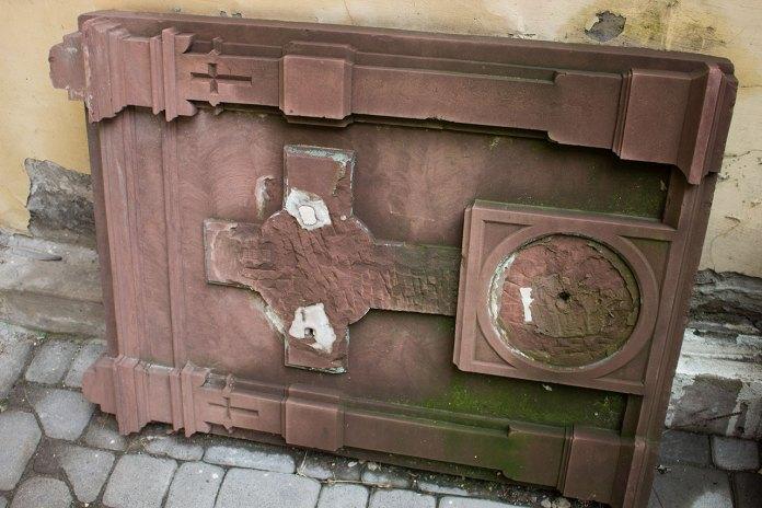 Зруйновані пам'ятні епітафійні таблиці