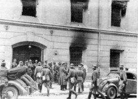Німецькі військові «відкривають» тюрму.