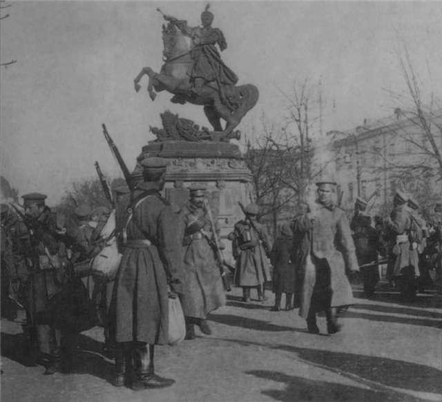 Російська піхота на нин. пр-ті Свободи. Фото 1915 року