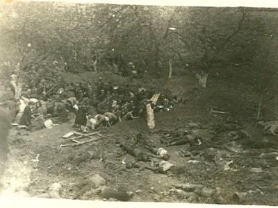Процес ексгумації розстріляних в'язнів у зовнішньому дворі тюрми. 3 липня 1941 р., м. Львів. Для проведення цих робіт німці примусово зігнали львівських євреїв.