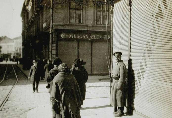 Російський патрульний на площі Катедральній. Фото 1914 року