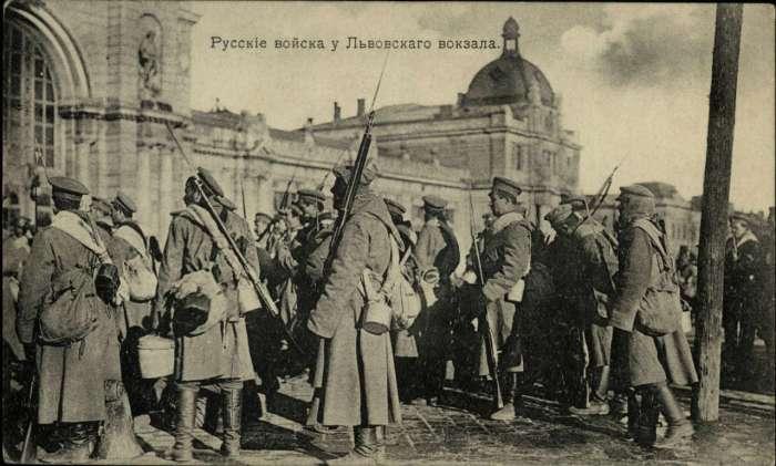 Російські війська біля головного вокзалу. Поштівка 1914 року