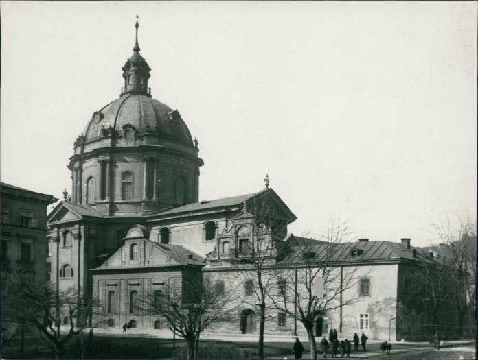 Фасад Королівського арсеналу в оточенні сусідніх споруд, барокова ліпнина ще під шаром штукатурки. Фото 1925 року