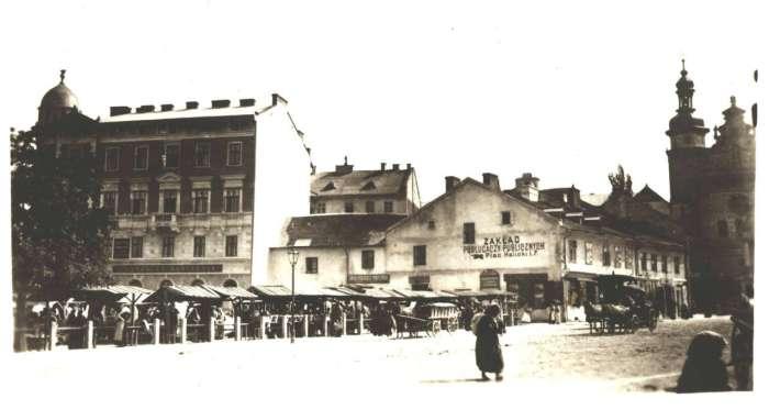 """Площа Галицька на початку XX ст.- на задньму плані ліворуч - новозведена будівля із кав'ярнею """"Центральною"""""""