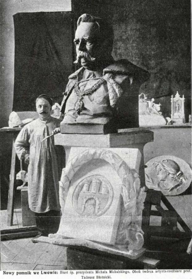 Скульптор Тадеуш Блотницький з проетом монументу Міхальському у власній майстерні. Фото з преси, 1907 рік