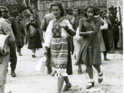 Подив і жах на обличчі львів'янки, котра щойно зайшла у двір тюрми. 3 липня 1941 р., м. Львів.