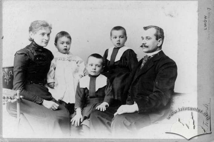 Портрет невідомої родини. Фотоательє Губерів. Поч. XX ст.