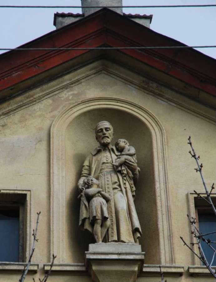 Скульптурне зображення Вінсента де Поля на фасаді шпиталю. Фото наших днів