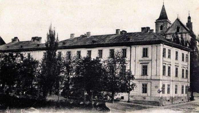 Давня німецька гімназія у Львові на поштівці початку XX ст.