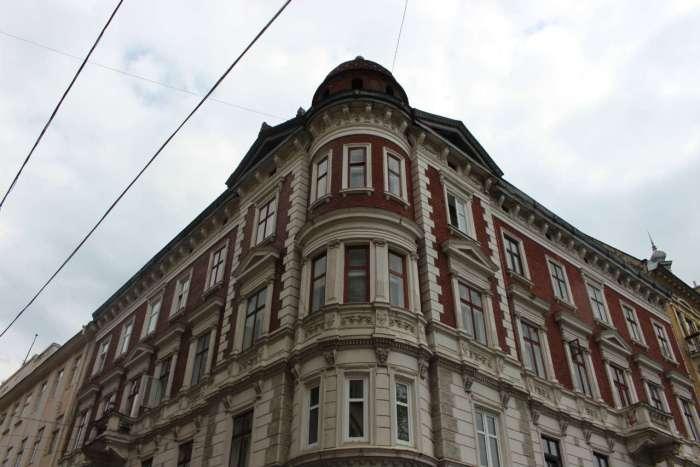 """Будинок на розі Валової та площі Галицької, у партері якого містилась """"Центральна"""". Фото 2015 року"""