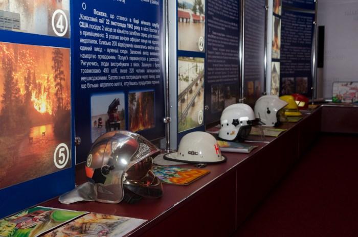Сучасні шоломи пожежників.