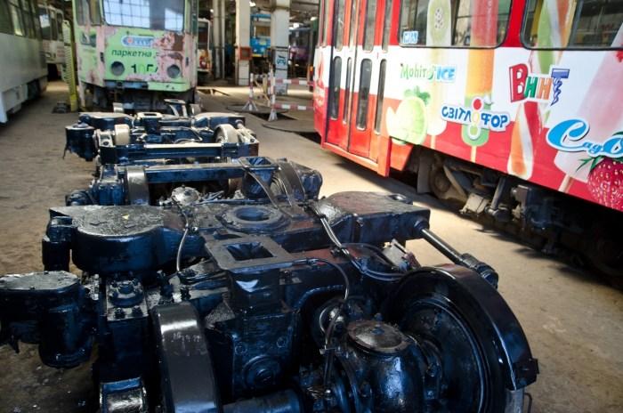 Трамвайні візки в ремонтному  цеху.