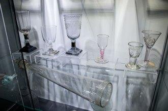 Давні експонати музею скла