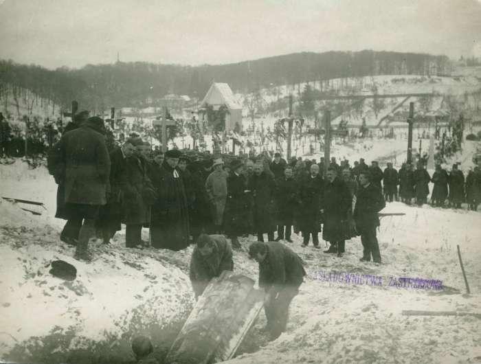 Ексгумація американських пілотів для перепоховання на меморіалі Личакова. Фото 1921 року