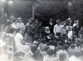 Праворуч від митрополита Андрея сидить біля столика Марта Березовська