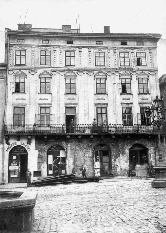 Будинок на площі Ринок, 45 де знаходилась фабрика воскових свічок Ф. Шубута