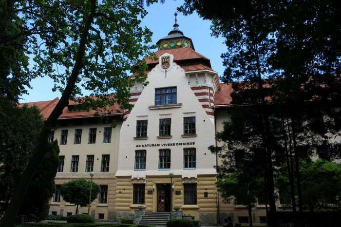 Головний корпус Лісотехнічного університету (колишня бурса УПТ). Фото 2015 року